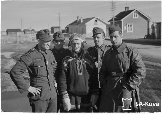 Saksalaisia aseveljiä Vuotson poromiehen kanssa Sodankylässä. Sodankylä 17.9.1942.