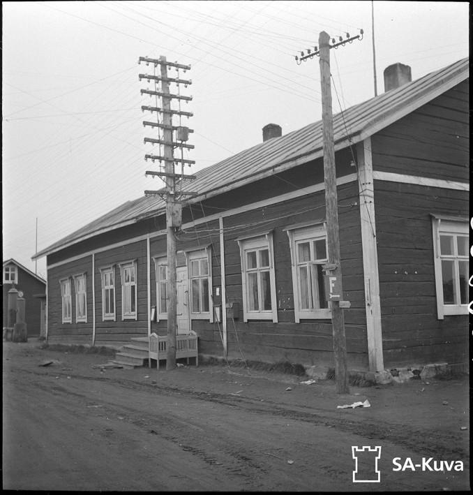 Sodankylän posti- ja lennätinlaitos, joka nyt on saksalaisten hallussa. Sodankylä 17.9.1944.