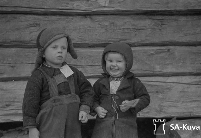 Veljekset evakon kovalla tiellä, mutta eipä silti itketä. Sodankylä 17.9.1944.