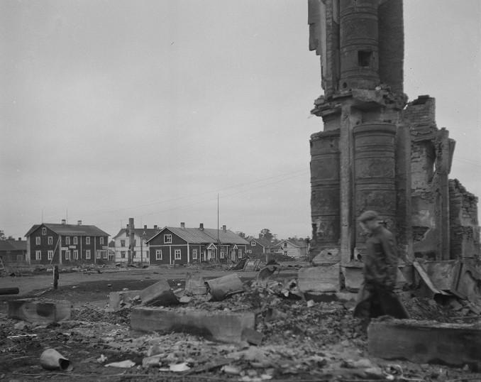 Sodankylän raunioiden keskellä jäi saksalaisilta polttamatta seitsemän taloa Sodankylän keskustassa. Sodankylä 30.10.1944.