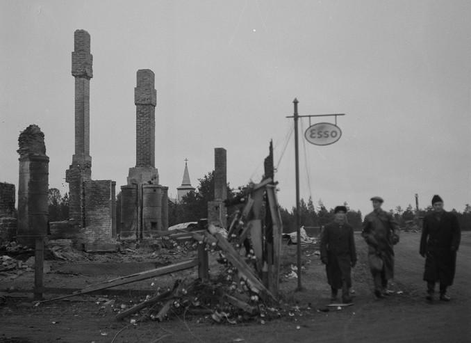 Suurin osa Sodankylästä on hävitetty. Kuvassa näkyvällä paikalla oli ennen Sodankylän apteekki. Sodankylä 30.10.1944.